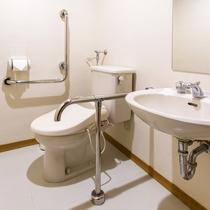 【ユニバーサルスタンダード】広く導線を確保したお手洗いは入り口の段差もゆるやかです。