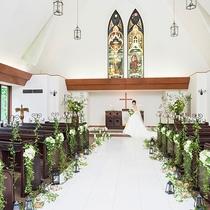 【緑の森の教会】収容人数80名様迄。人生に一度きりの大切な日をお手伝いします。