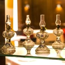 【北海道フレンチ&イタリアンZEN】ガラス製のアンティークランプの調度品。