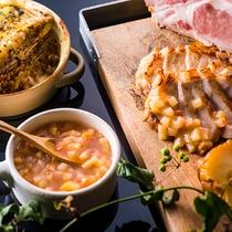 【9~11月限定・夕食ブッフェ】黒松内豚の柔らかなロースソテーと、茄子とほくほくポテトの重ね焼き。