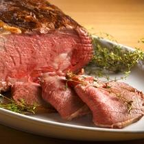 【ブッフェ】道産牛のローストビーフは目の前でカットしてご提供します。