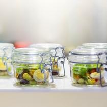 【朝食ブッフェ一例】緑いっぱいで見た目も楽しいジャーサラダ。※季節により変更になる場合あり