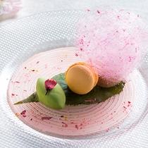 【ZEN・春】デザートは桜のロールケーキ。マカロンとアイスを添えて。