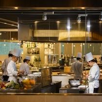 【ブッフェ会場】会場の入り口では、料理人の舞台裏、オープンキッチンがお迎えいたします。
