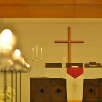 【緑の森の教会】アンティーク家具や格調高い祭壇などビクトリア王朝をモチーフにしたチャペル。