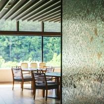 【ブッフェ会場】大きな窓を設え、開放感のある会場です。