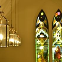 【緑の森の教会】18世紀初頭に作られたステンドグラスと暖かな灯りが印象的です。