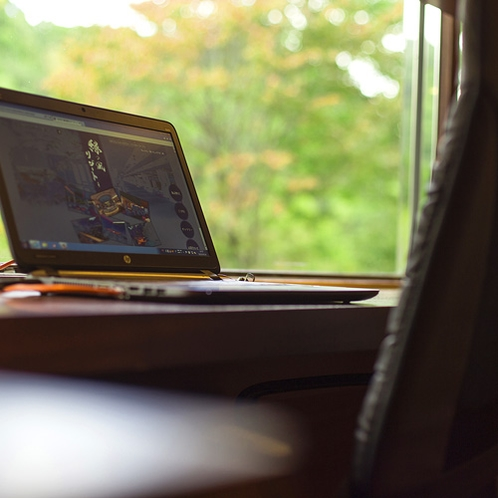 【ザ・書斎】1階の個室スペースには無料でお使い頂けるパソコンがございます。
