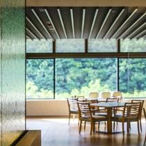 【ブッフェ会場】明るい時間、窓から差し込む光と緑いっぱいの景色が爽快です。