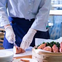 【夕食ブッフェ・一例】ラッキーワゴンでは、お声掛け頂いてからその場で盛り付け致します。