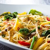 【夕食ブッフェ・一例】春野菜たっぷりのペペロンチーノ。