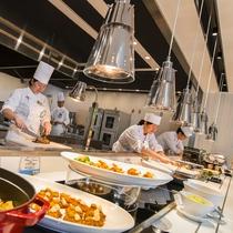 【ブッフェ会場】お料理は出来立てをすぐにご提供できるよう心がけております。