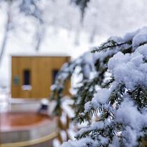 【森の散歩湯WOOD SPA】雪化粧の木々を間近に感じながら渡るウッドデッキの回廊。
