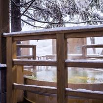 【森の散歩湯WOOD SPA】枝から零れる雪が温まった身体に心地良く触れます。