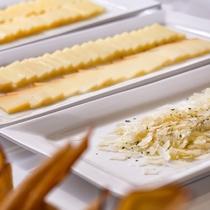 【夕食ブッフェ一例】スモークチーズやゴーダ、カッテージなど数種のチーズコーナー(季節により変更します