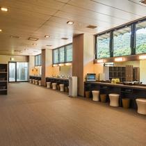 【大浴場パウダールーム】広々としたスペースで、イスやドライヤーなど数多くご用意しております。