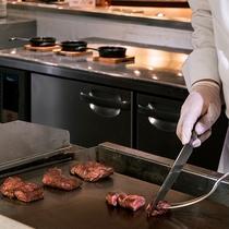 【ブッフェ・一例】人気の牛ステーキはお客様の目の前で焼き上げます。
