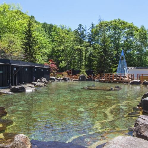 【大露天風呂HOSHI★ZORA】見渡す限りを北湯沢の森林に囲まれた開放的な露天風呂です。