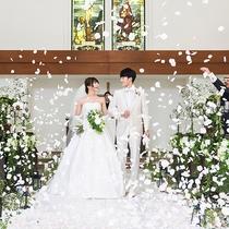 【緑の森の教会】お二人のために祝福のフラワーシャワーを。