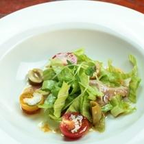 鮮魚と生野菜のサラダ