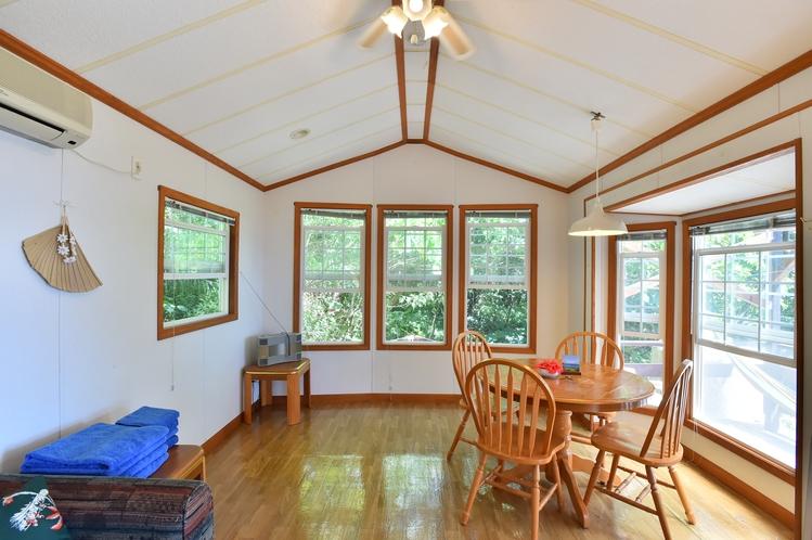 ・ダブルスイート:窓の多いリビングルームには事前の光がたっぷり入ります