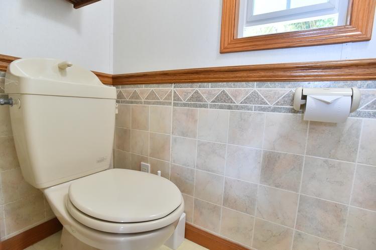 ・ツインスイート:窓があり明るい個室トイレ