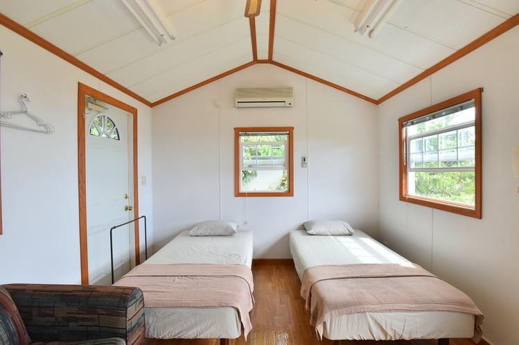 ・ツインスイート:ベッドルームにはシングルベッド2台とソファベッド1台を設置
