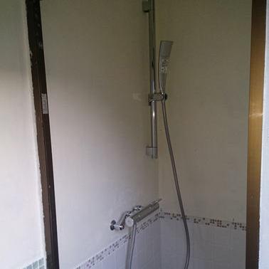 離れにシャワー設備がございます