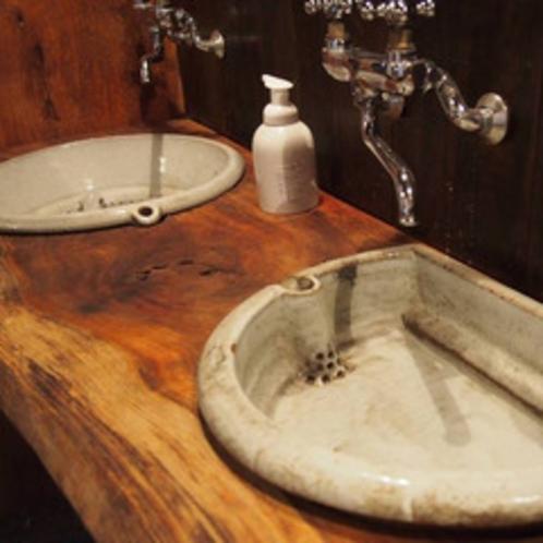 味わいある洗面所