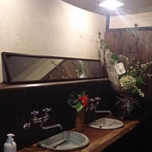 松代焼の糸繰鍋を再利用した味わいのある洗面所