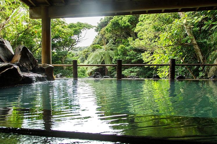町営温泉が島内に6か所(写真は裏見ヶ滝温泉)