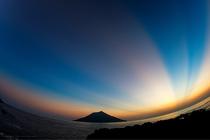 八丈小島に沈む夕日とマジックアワー