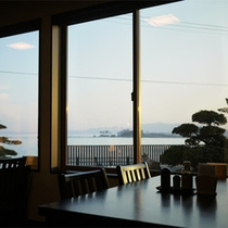 *食堂/食堂からも水平線を一望!大きな窓から海を眺めて食事をお楽しみください。