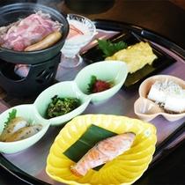 *朝食一例/ボリュームしっかり!お肉は陶板の上で焼いて熱々をどうぞ。