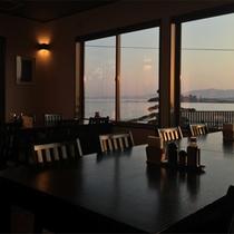 *食堂/目の前の水平線に夕陽が沈みます。美しく変化する空の色を眺めてのんびり。