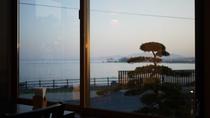 *食堂/夕暮れ時に染まる空と海を眺めながらのお食事は、普段味わえないひとときとなるでしょう。