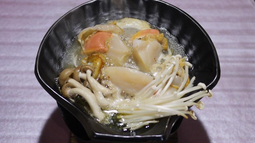 *夕食一例/素材の味をそのまま楽しめる、ホタテの陶板焼き。※料理内容は水揚げ状況により異なります。