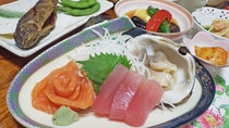 *夕食一例/綺麗なオレンジ色をした、新鮮なニジマスのお刺し身は特に絶品です!