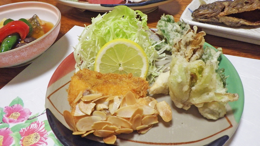 *夕食一例/ニジマスのフライ。からっと揚がったフライは熱いうちにどうぞ♪
