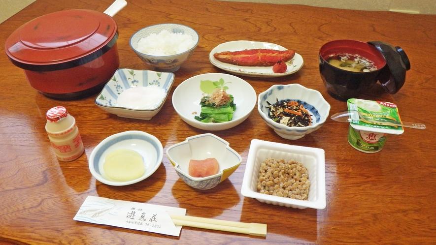 *朝食一例/ご朝食はシンプルな和朝食を広間にてご用意いたします。