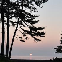 *当館正面からの夕日。自然が作り出す美しい色に魅了されます。
