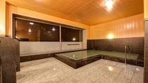 *【1階大浴場】大きな窓と広々とした空間で、湯浴みを堪能♪