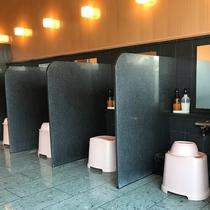 *【1階大浴場】1階大浴場のシャワースペースには、ひとつひとつ仕切りを設けております。
