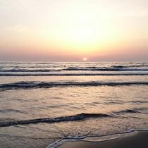 *夕日が沈む頃に合わせて、近くの砂浜をお散歩するのもおススメです。