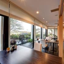 *【レストラン汐音】窓からの景色を眺めながらお食事をお愉しみください。