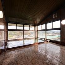 *【3階展望風呂】雄大な鳥海山を望み、のんびりと温まる至福の時間。