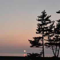 *夕日の時間には、当館の正面から美しいグラデーションを眺めることが出来ます。