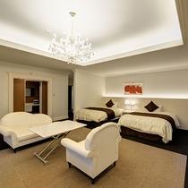 *【スイートルーム】広々としたお部屋に、高級感のある照明やソファーをご用意しています。