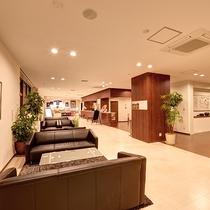 *【ロビー】明るく広々とした館内。ソファでゆっくりと展示物もご覧いただけます。