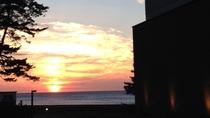 *日本海に沈む夕日を眺めて過ごす、癒しの時間を…